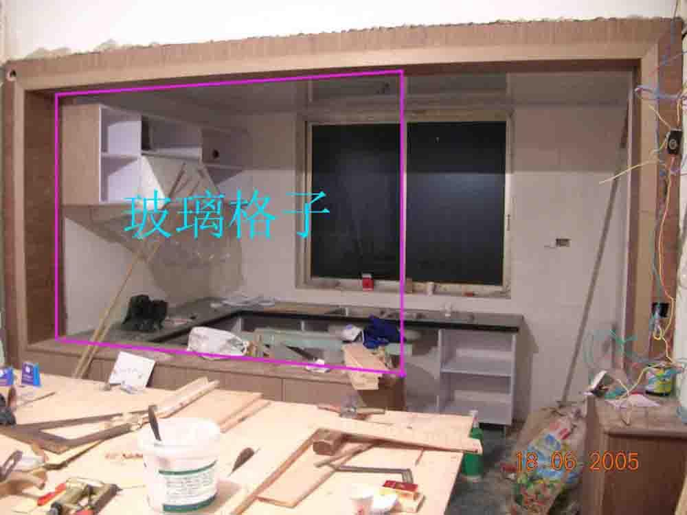 玻璃格子位置(客厅和厨房的隔断上面)