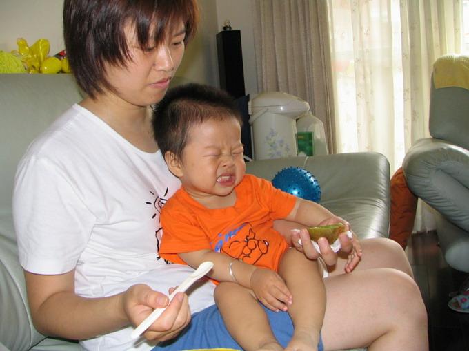 三亚 宝宝/宝宝吃弥猴桃,其实不是很酸的,可小雨的表情实在是。。。