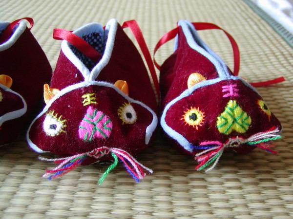 秀秀奶奶亲手做的小老虎鞋