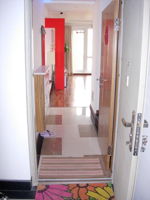 一开门就看见客厅背景那根红色的方柱子
