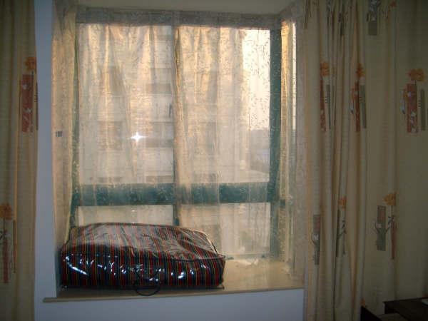 关于卧室有凸窗的,窗帘怎么装?