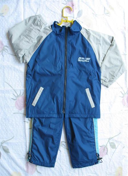 蓝色运动服; 米色上衣配蓝色裤子;