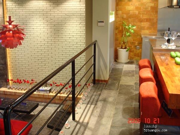 错层处用的栏杆,成了分割餐厅和客厅的角色