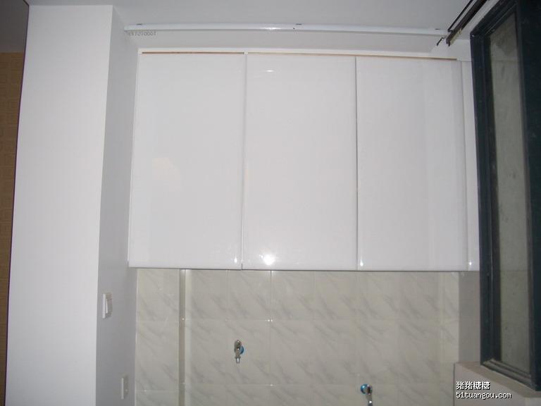 所以只好把柜子门板下移,里面补块木头,刷白漆