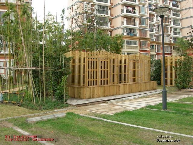 不过用木栅栏和竹林将小区的变电箱装饰起来,虽然算很常见的的安排