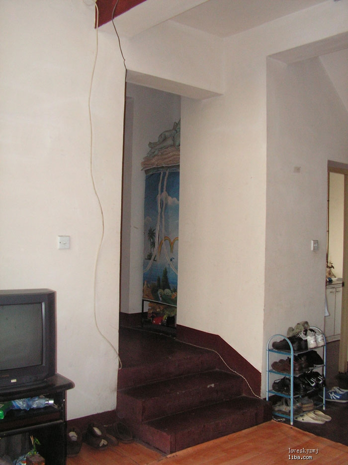 客厅看错层的楼梯及储藏室