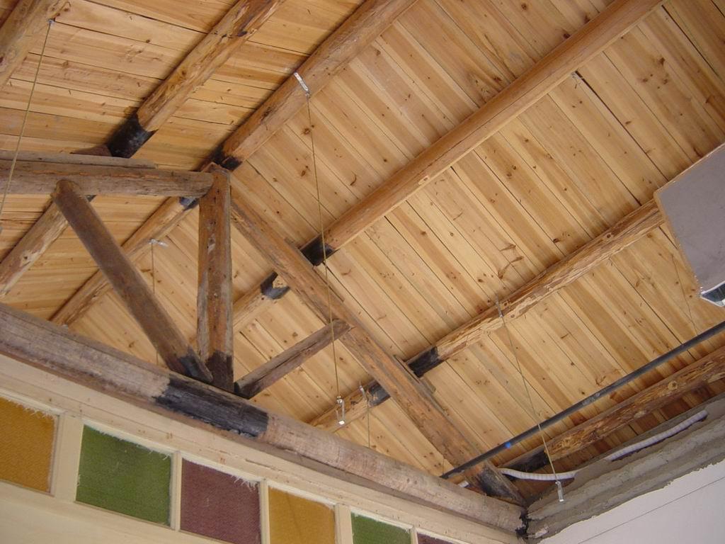 木结构坡屋顶膨胀螺丝只能锁在木梁上了