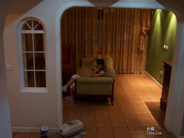 客厅俯视图,窗边西侧墙现在放了钢琴
