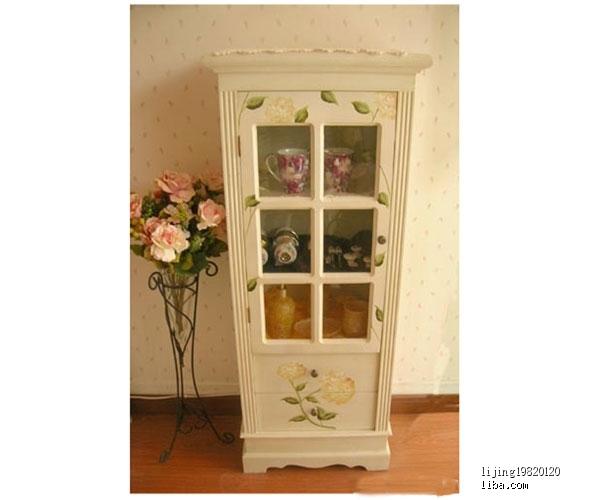 此款为白色手绘展示柜,人工手绘花案,典雅大方,主要出口欧美国家