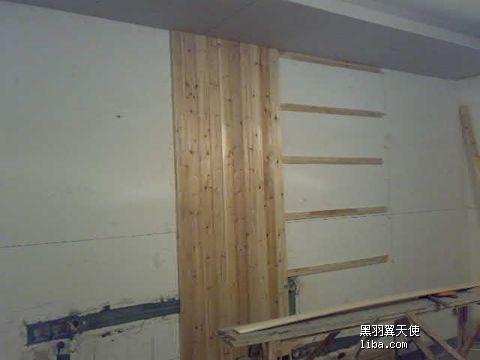 中间竖着的是杉木扣板,到时候也要刷白漆,两边会用墙纸(与餐厅背景所