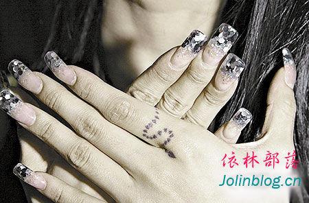 谁能帮我找到蔡依林手指上的文身?图片