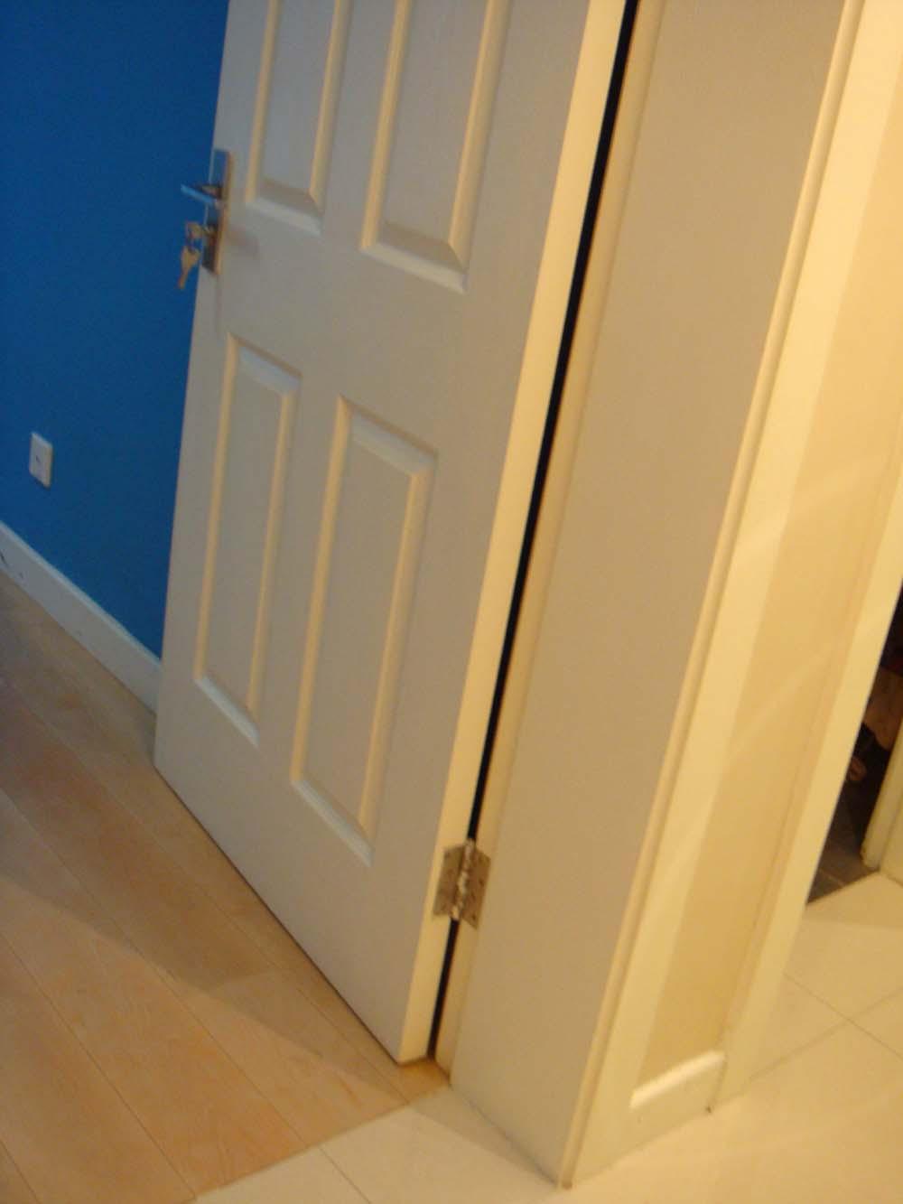 有白色墙面白色踢脚线白色门套浅色地板的家吗?