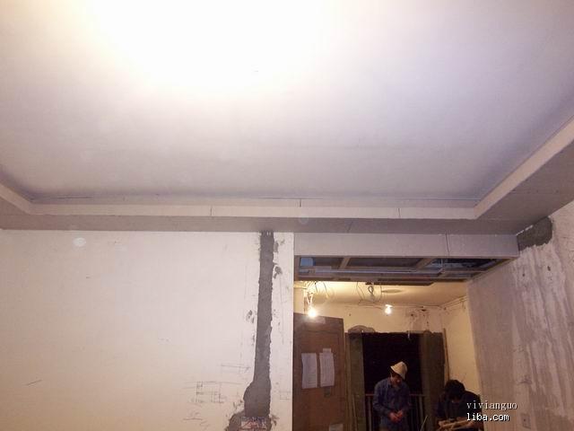 客厅的吊顶已经做好石膏板了
