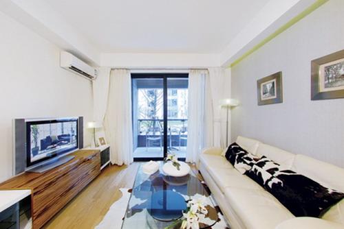 地板是浅木色的,家具应该配什么颜色的好阿?