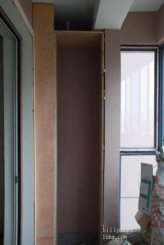 阳台包着2根下水管的柜子,曾经考虑把太阳能热水器放进去的