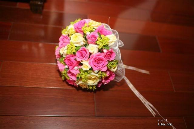 很多妹妹喜欢梅红,淡梅红的玫瑰做手捧花也不错,贴几张图,8