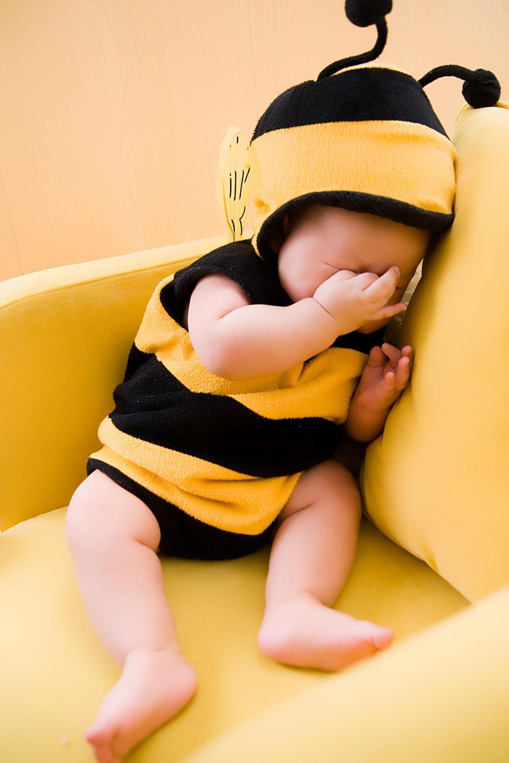 宝宝搞笑照片大集合(可爱表情姿势一起来吧)