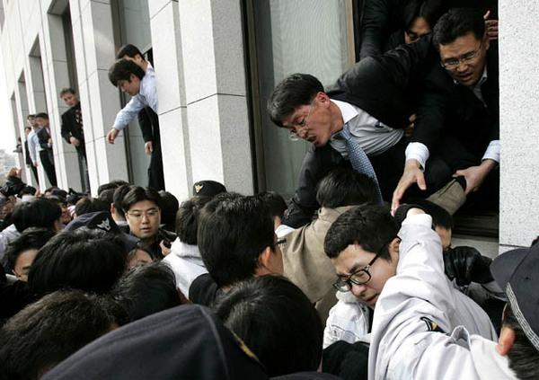 破窗而入:韩国主要反对党民主党的成员帮助同僚从窗户进入位于首尔