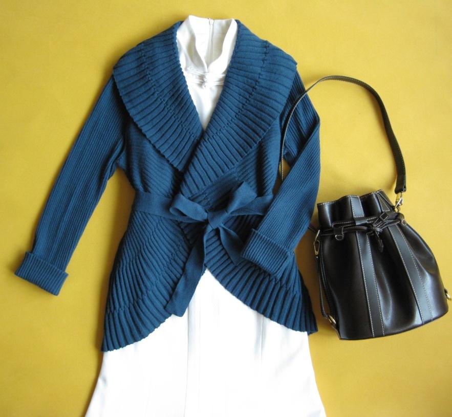 蓝色的贝壳衫搭配白色旗袍