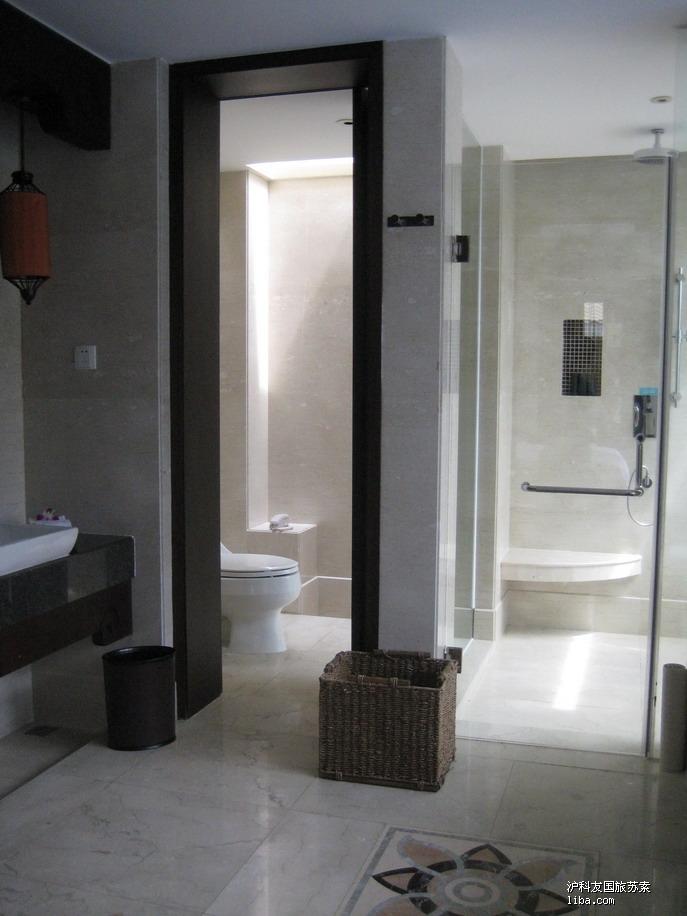 -盥洗室的马桶间和冲淋房