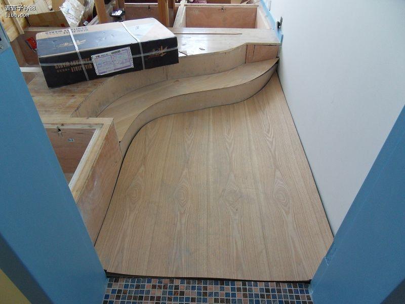 最后决定用澳松板做基层,水曲柳饰面,木线条收口,清漆,和地台面保持一
