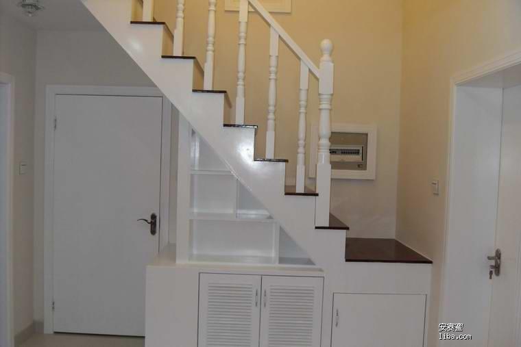 进门鞋柜侧面的楼梯 是让木工自己打的