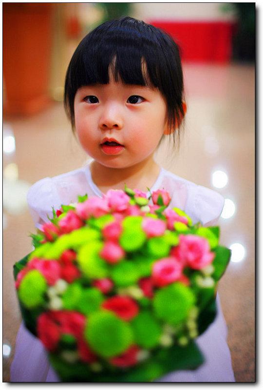 喜欢新娘,喜欢捧花的小女孩