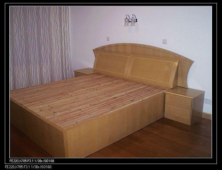 木工自己打的床和床头柜