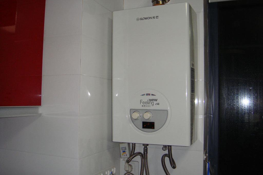 安装在厨房的燃气热水器,如下图: