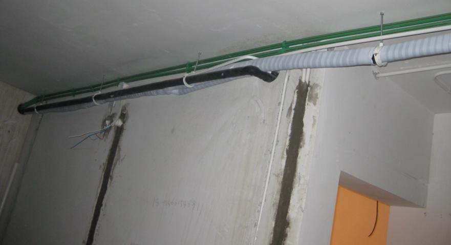 客厅屋顶的水电路,空调管,空调排水管,还真多~~到时候全封到
