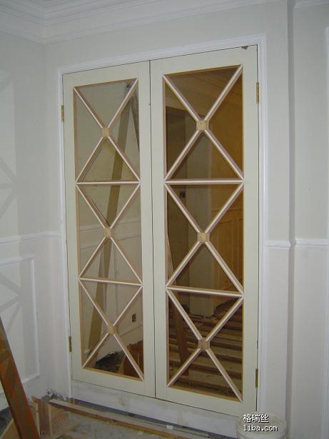494楼   内部结构.这样子的.想的很 门口玄关的鞋柜.双开门的.一直中