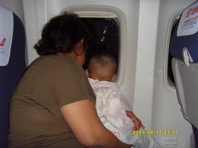 这是柔柔第三次坐飞机了