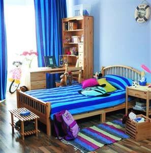 可以配上一深蓝色的儿童床,墙壁的颜色也可以刷成浅蓝色,在墙角再填