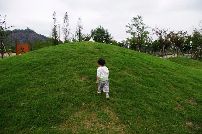 爬山坡也是小朋友的爱好吧