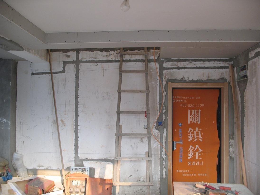 楼梯口切出好多钢筋,队长建议用石膏板封起