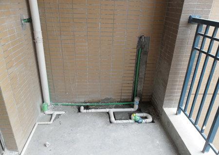 阳台水管,,来一起看看槽开的.把水管埋进去呀图片
