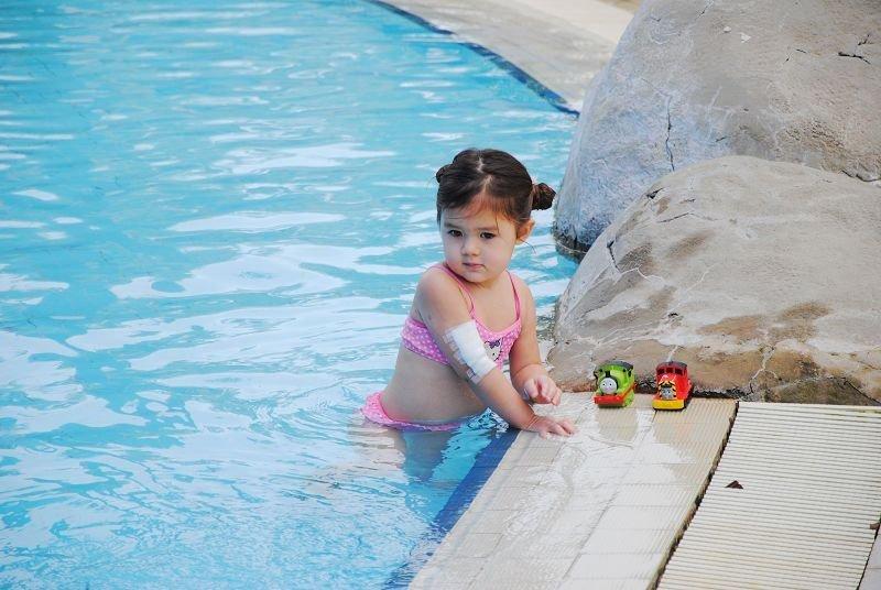 泳池里的小美女