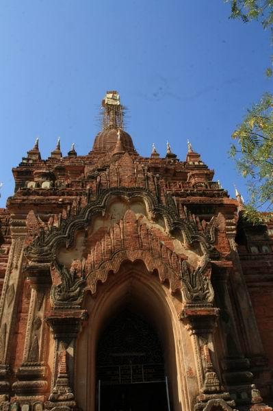 罗塔寺是一座威武的金字塔式的寺庙