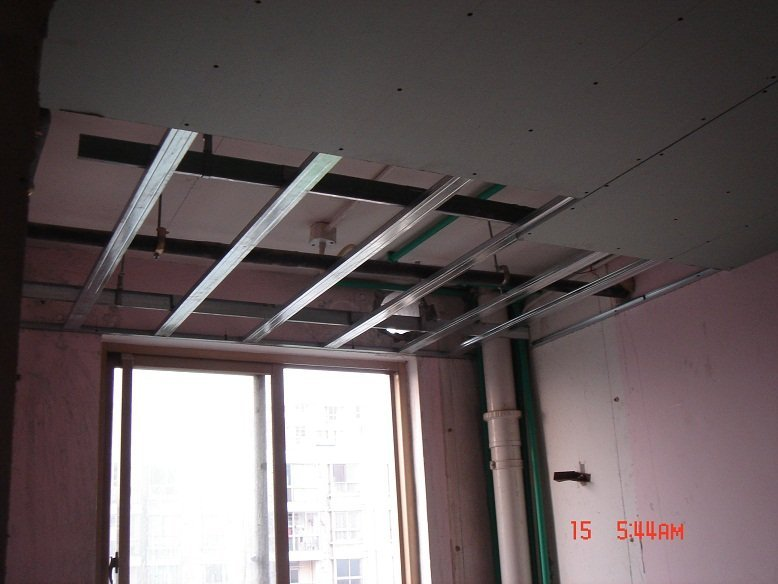 厨房的吊顶也做得差不多了,空着的一块要等燃气热水器图片