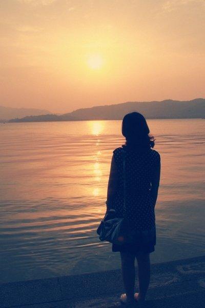 夕阳下女生背影图片