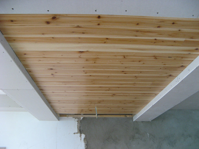 餐厅杉木板吊顶做的差不多了
