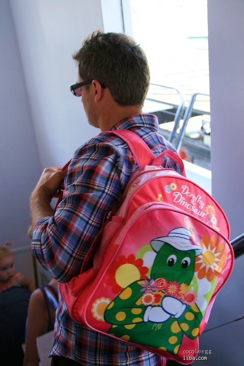 洋葱头老爸背着可爱的小书包