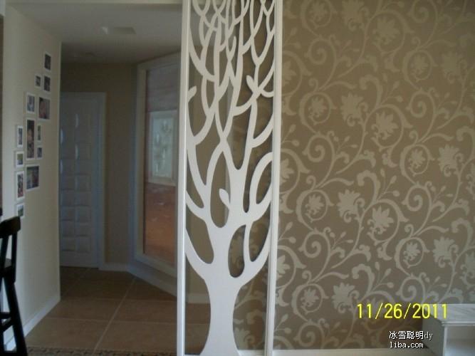 正对着入户门的树形花格屏风,其实后面没什么要遮挡的,只是考虑到走道