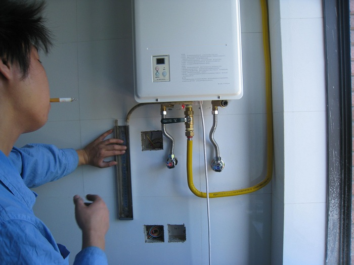 林内热水器安装中图片