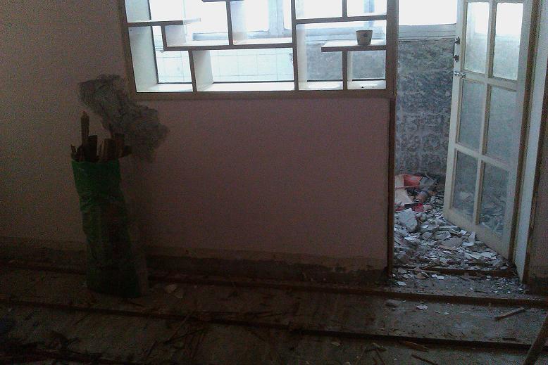 大家老房子装修阳台和卧室之间那个带窗和门的隔断墙