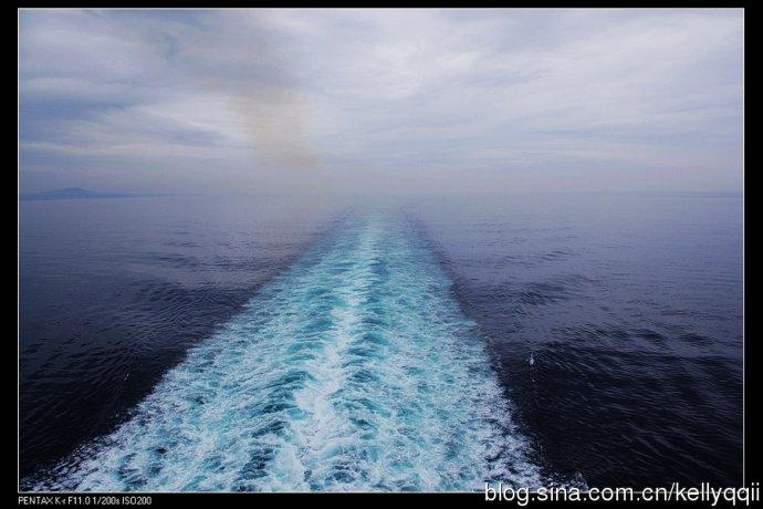 想到这茫茫大海中我们只是一叶小舟