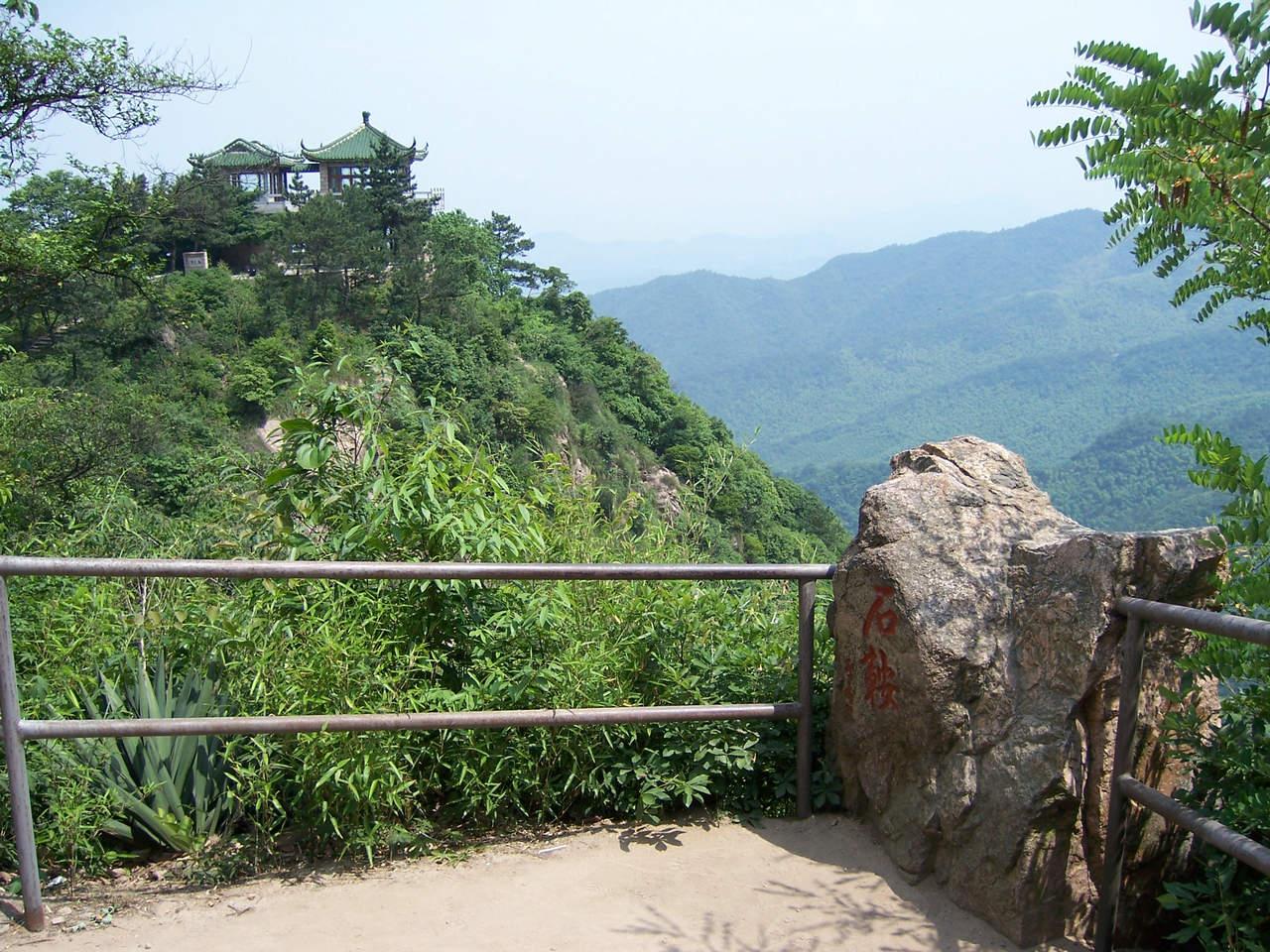 过莫干山镇,曲曲弯弯, 一路通畅约40分钟到达莫干山风景区(林海别墅).