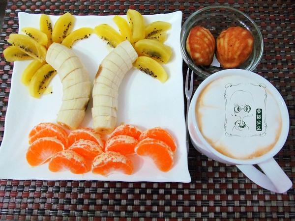 主题 早餐/水果拼盘,热拿铁,2个贝壳型低脂香蕉松糕。...