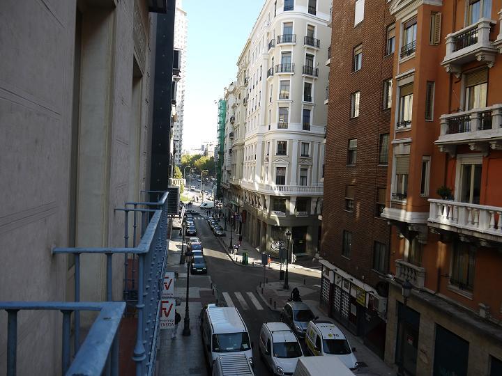 站在酒店的欧式阳台看出去的街景