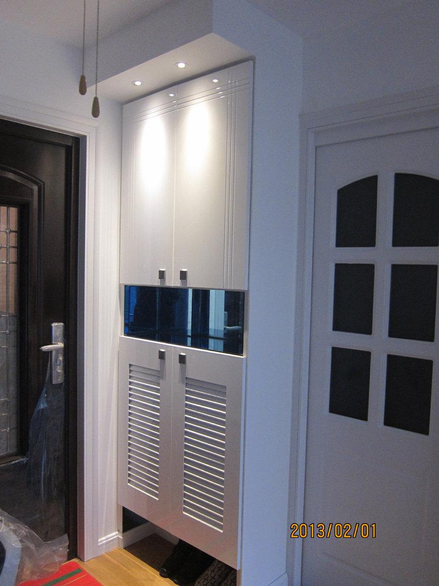 客厅左侧为嵌入式鞋柜